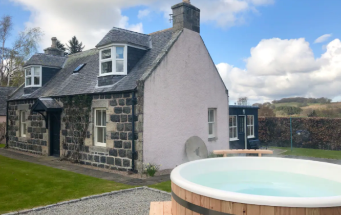 Bailies Cottage with Hot tub