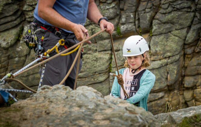 Picture of girl climbing with Outfit Moray